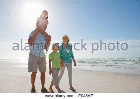 Nonni e nipoti camminando sulla spiaggia Sunny Beach Foto Stock