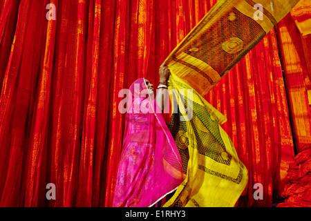 India Rajasthan, sari fabbrica di indumento Foto Stock