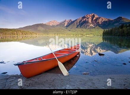 Canoa rossa in riva al Lago Piramide, il Parco Nazionale di Jasper, Alberta, Canada. Foto Stock