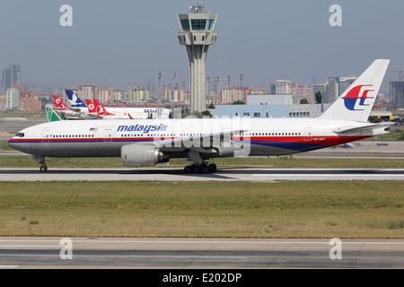 Malaysia Airlines Boeing 777-200 con la registrazione 9M-MRP decolla da Istanbul l'aeroporto internazionale di Ataturk Foto Stock