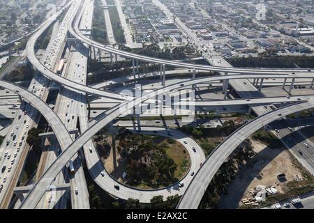 Gli Stati Uniti, California, Los Angeles, Interstate 101 e Santa Monica di superstrade intersezione (vista aerea) Foto Stock