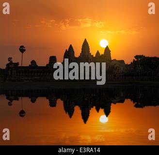 Punto di riferimento della Cambogia Angkor Wat con la riflessione in acqua su sunrise Foto Stock