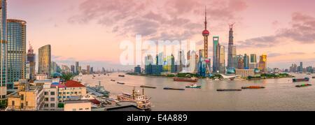 Lo skyline di Pudong attraverso fiume Huangpu, compresa la Oriental Pearl Tower, Shanghai World Financial Center Foto Stock