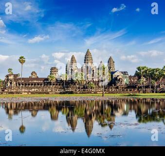Punto di riferimento della Cambogia Angkor Wat con la riflessione in acqua Foto Stock