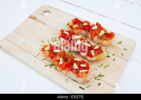 Pronto a mangiare italiano bruschetta con pomodori e rosmarino Foto Stock