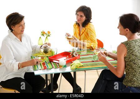 Le donne di bere il tè alle erbe. Foto Stock