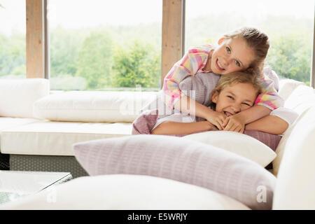Due sorelle sorridendo, ritratto Foto Stock