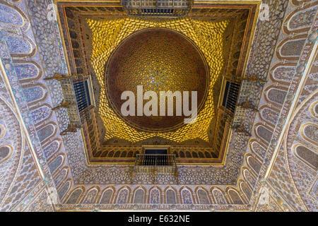 Allestita sul soffitto, Palazzo Alcázar, Siviglia, Andalusia, Spagna Foto Stock