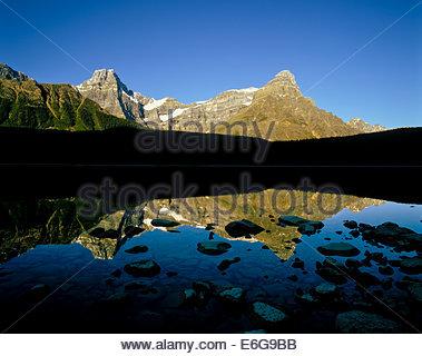 Picco Howse e Monte Chephren riflessa in basso Lago di uccelli acquatici nel Parco Nazionale di Banff nelle Montagne Foto Stock