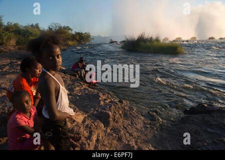 I turisti locali visitare il Victoria Falls. Queste sono tra le più spettacolari cascate nel mondo. Il fiume Zambesi, Foto Stock