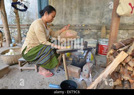 Luang Prabang, Laos - Marzo 1, 2014: Donna preparazione di filo per la tessitura della seta a Luang Prabang, Laos. Foto Stock