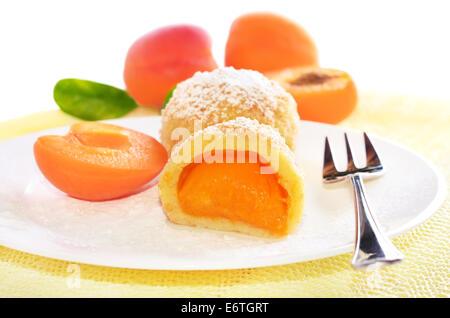 Gnocchi di patate con albicocche sulla piastra bianca Foto Stock