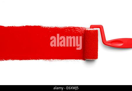 Vernice plastica rullo con vernice rossa isolato su sfondo bianco. Foto Stock