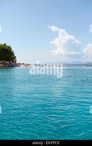 Bellissima spiaggia esclusiva su Otok Marinkovac isola vicino a Hvar, in Croazia. Questa spiaggia è accessibile Foto Stock