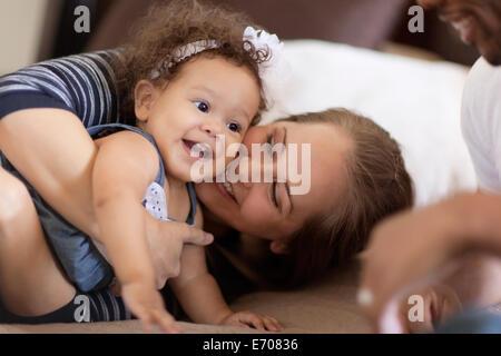 Il padre e la madre a giocare con la nostra bambina Foto Stock