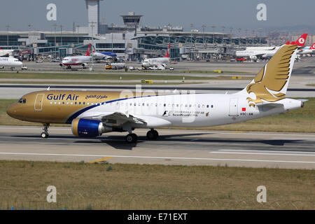 Istanbul, Turchia - 28 Maggio 2014: Un Gulf Air Airbus A320, con registrazione A9C-AM decolla da Istanbul Ataturk Foto Stock