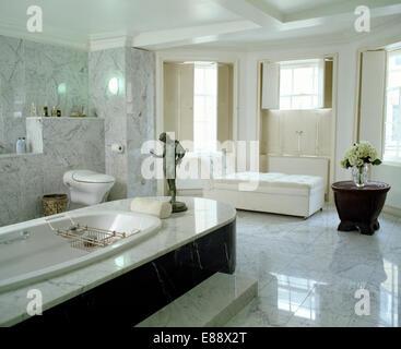 Il bronzo statua classica su pannelli di marmo in bagno in marmo grigio pallido bagno con pavimento in marmo Foto Stock