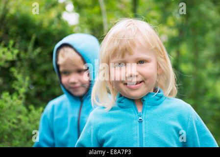 Due bambini biondo fratello la sorella a giocare in giardino Foto Stock