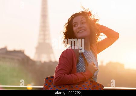 Donna in visita a Parigi Foto Stock