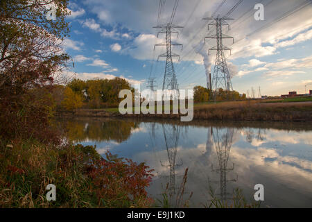 Monroe, Michigan - linee di alimentazione che conduce al DTE Energy's Monroe Power Plant, il secondo più grande Foto Stock