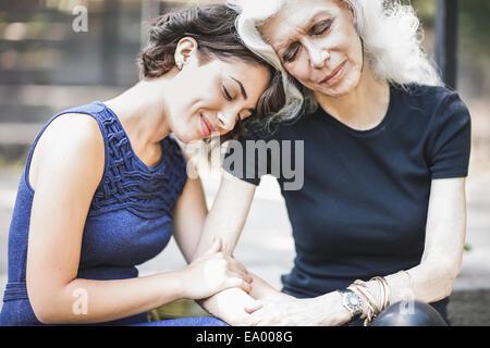 Giovane donna condivisione momento di gara con il mentor Foto Stock