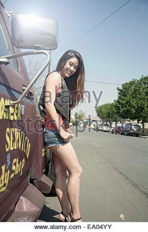 Ritratto di giovane donna in piedi accanto al carrello Foto Stock