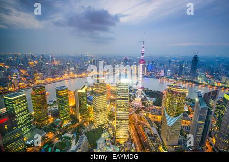 Shanghai, Cina skyline della città visto da sopra il Quartiere Finanziario di Pudong. Foto Stock