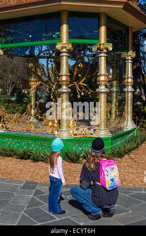 Padre e figlia guardando la pernice in un albero di pera gazebo, uno dei dodici giorni di Natale presenta, Dallas Foto Stock