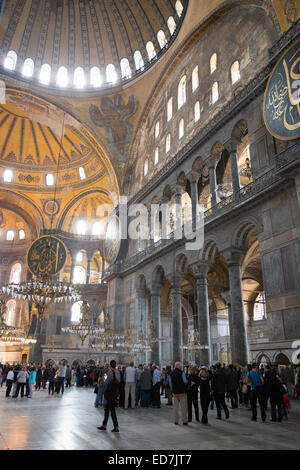 I turisti a Hagia Sophia, Ayasofya Muzesi, moschea museo ex chiesa greco ortodossa in Sultanahmet, Istanbul, Turchia Foto Stock