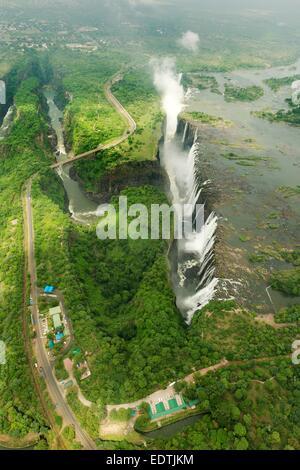 Immagine aerea di Victoria Falls e lo spruzzo presa dal lato dello Zambia e guardando verso lo Zimbabwe, Africa. Foto Stock