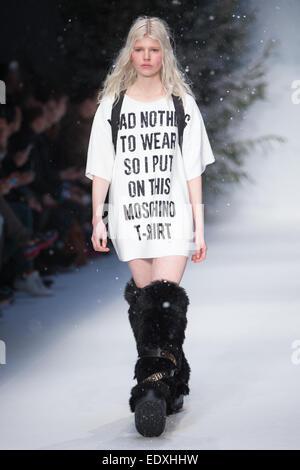 Londra, Regno Unito. 11 gennaio, 2015. Moschino crea una perfetta in inverno per il suo autunno inverno sfilata Foto Stock