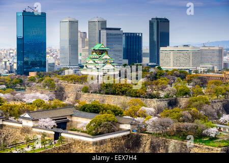 Osaka, Giappone skyline della città al castello e business park. Foto Stock