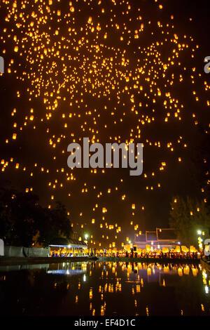 Persone rilasciare Khom Loi, le lanterne del cielo durante Yi Peng o il Loi krathong festival in Chiang Mai Thailandia Foto Stock