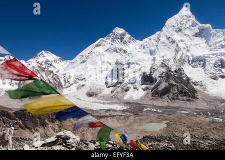 Bandiere di preghiera e il Monte Everest Foto Stock