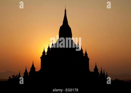 Silhouette di un tempio buddista / pagoda in Bagan pianure al tramonto, Mandalay Regione, Myanmar / Birmania Foto Stock
