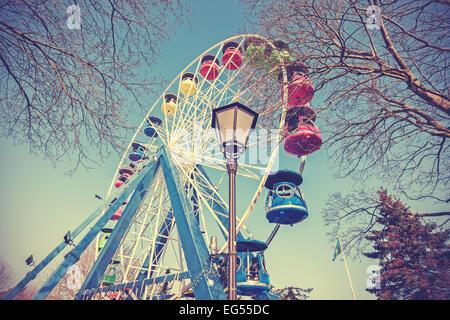 Retrò immagine filtrata della ruota panoramica Ferris in un parco. Foto Stock