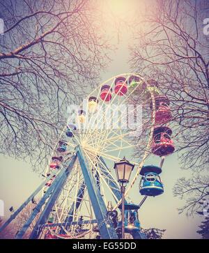 Retro Vintage immagine filtrata della ruota panoramica Ferris in un parco. Foto Stock