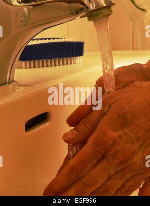 Gemodeltes Symbolfoto Medicina quotidiano. Haendewaschen, accurato lavaggio delle mani evitare alcune infezioni. Foto Stock