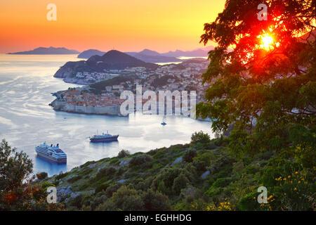 Panorama della città vecchia di Dubrovnik in sunset, Croazia. Foto Stock