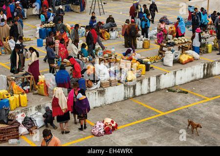 Ecuador, Cotopaxi, Zumbahua, giorno del villaggio di Zumbahua mercato, vista generale del mercato in continua evoluzione Foto Stock
