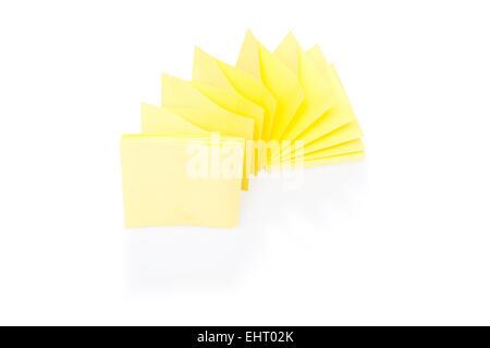Blank bigliettino giallo sul blocco Foto Stock