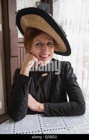 Femmina in abito Vittoriano, Reenactor Durango e Silverton Narrow Gauge Railroad, Colorado, STATI UNITI D'AMERICA Foto Stock