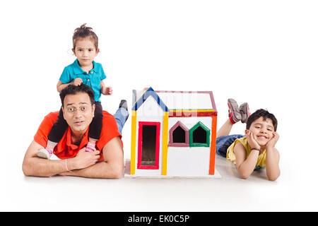 2 indiano padre e figli Dreaming House Foto Stock