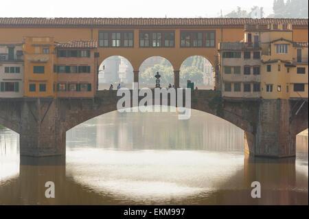 Ponte di Firenze, la vista del Ponte Vecchio a Firenze retro-illuminato dalla mattina presto sun, Toscana, Italia. Foto Stock