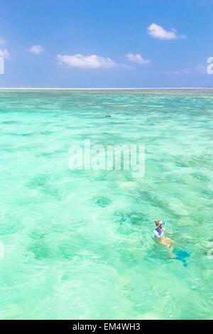 La donna lo snorkeling in mare blu turchese. Foto Stock