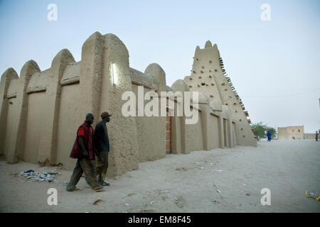 Gli uomini a piedi nella parte anteriore della moschea di Sankore, Timbuktu, Mali Foto Stock