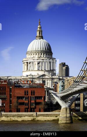 Cattedrale di St Paul vista dal Millennium Bridge di Londra. Foto Stock