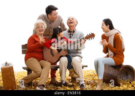 La famiglia felice giocare all'aperto Foto Stock