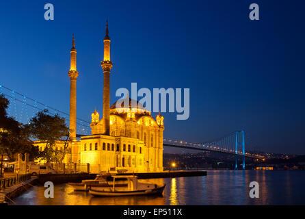 Ortakoy Mecidiye moschea il Ponte sul Bosforo Foto Stock
