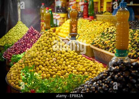 Olive per la vendita nel souk. Marrakech. Il Marocco Foto Stock